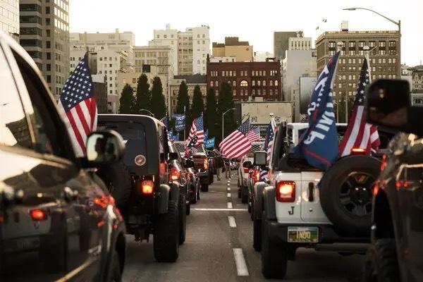 川粉集结大战黑人示威者!美国血腥暴乱多人死亡,川普还在煽动