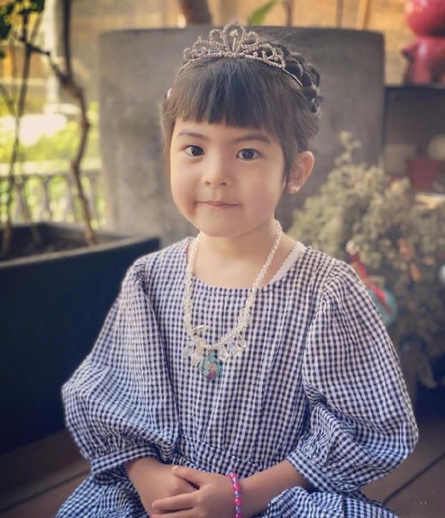 賈靜雯曬一家五口慶小女兒滿4歲,波妞穿公主裙戴皇冠變小淑女