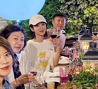 剧组聚会杨紫节制饮食喝热茶,同框的井柏然太好看让她压力很大吧
