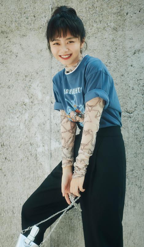 谭松韵的少女感真迷人,穿轻薄打底配T恤,扎着马尾一副小姑娘样