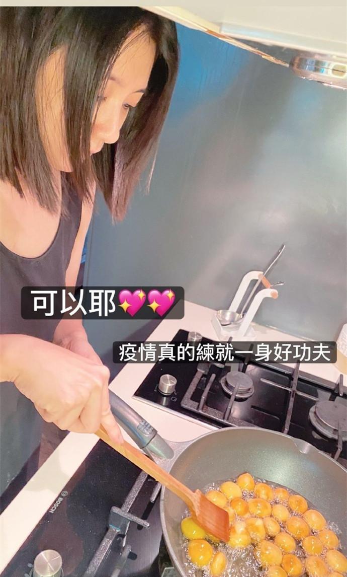 贾静雯下厨做地瓜球,被咘咘表扬:比外面的好吃
