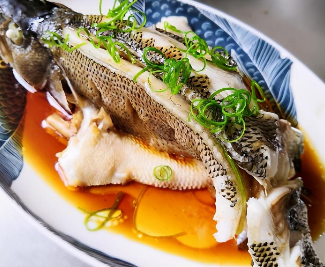 """做清蒸鱸魚,牢記""""4放2不放"""",魚肉又鮮又嫩,沒有腥味,好吃"""