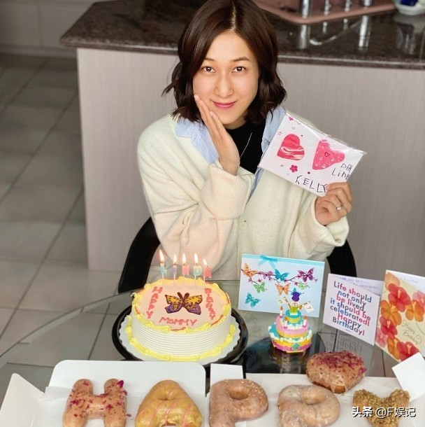 鍾嘉欣37歲生日開心收女兒禮物開直播一對子女亂入顯得很興奮