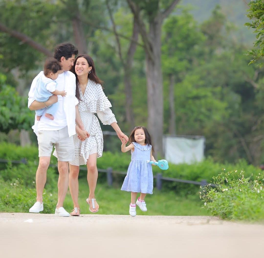 鍾嘉欣曬全家福,與大13歲丈夫幸福依偎,一雙兒女像極了龍鳳胎