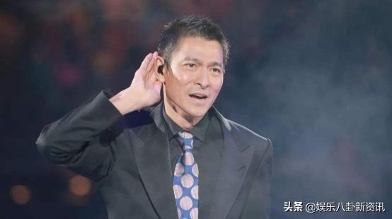 15年前赵文卓给刘德华颁奖无人上台,尴尬喊话:有没有人代领下