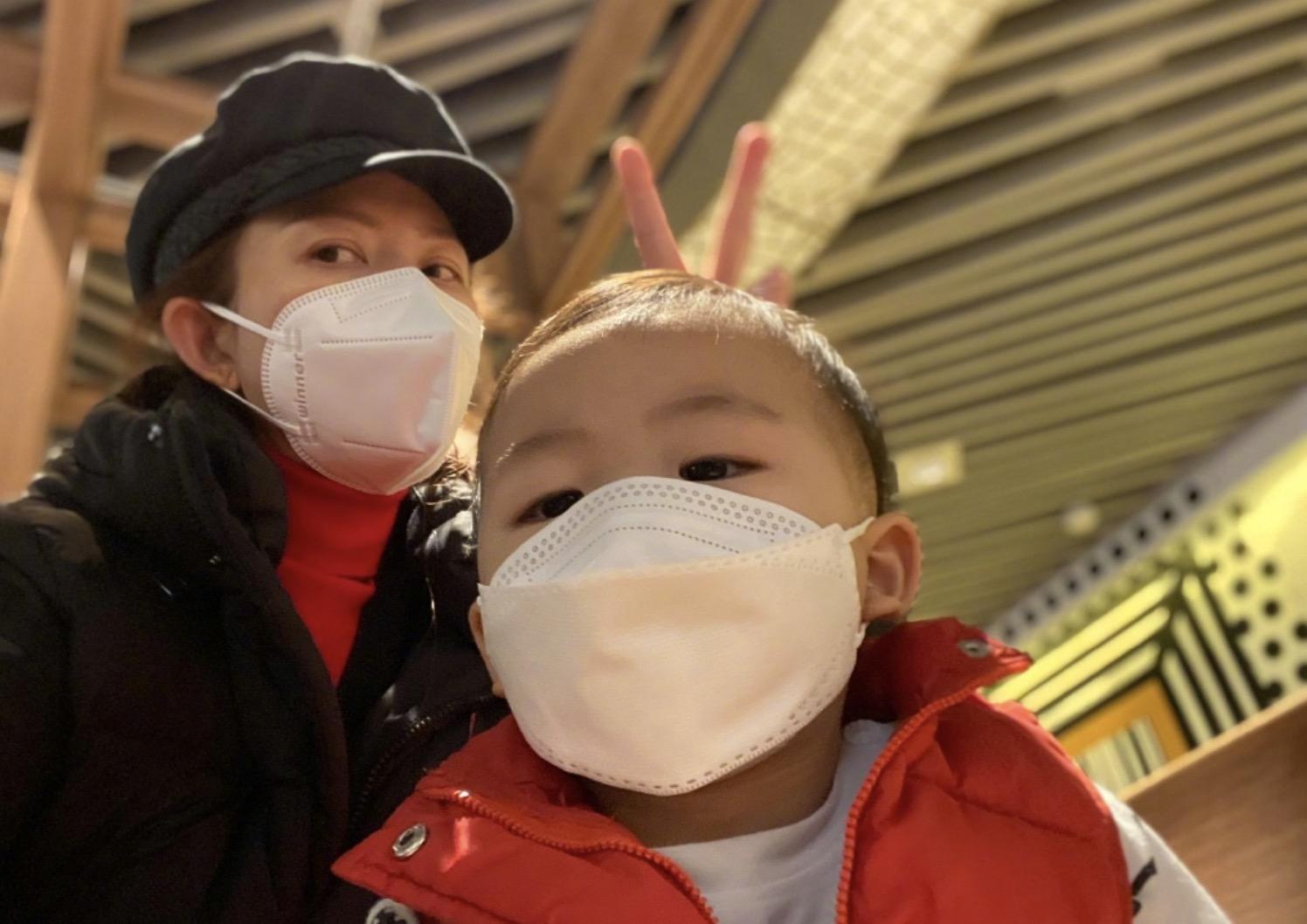 蔡少芬曬與兒子同框,母子倆戴口罩出行,魚蛋圓頭圓腦萌態十足