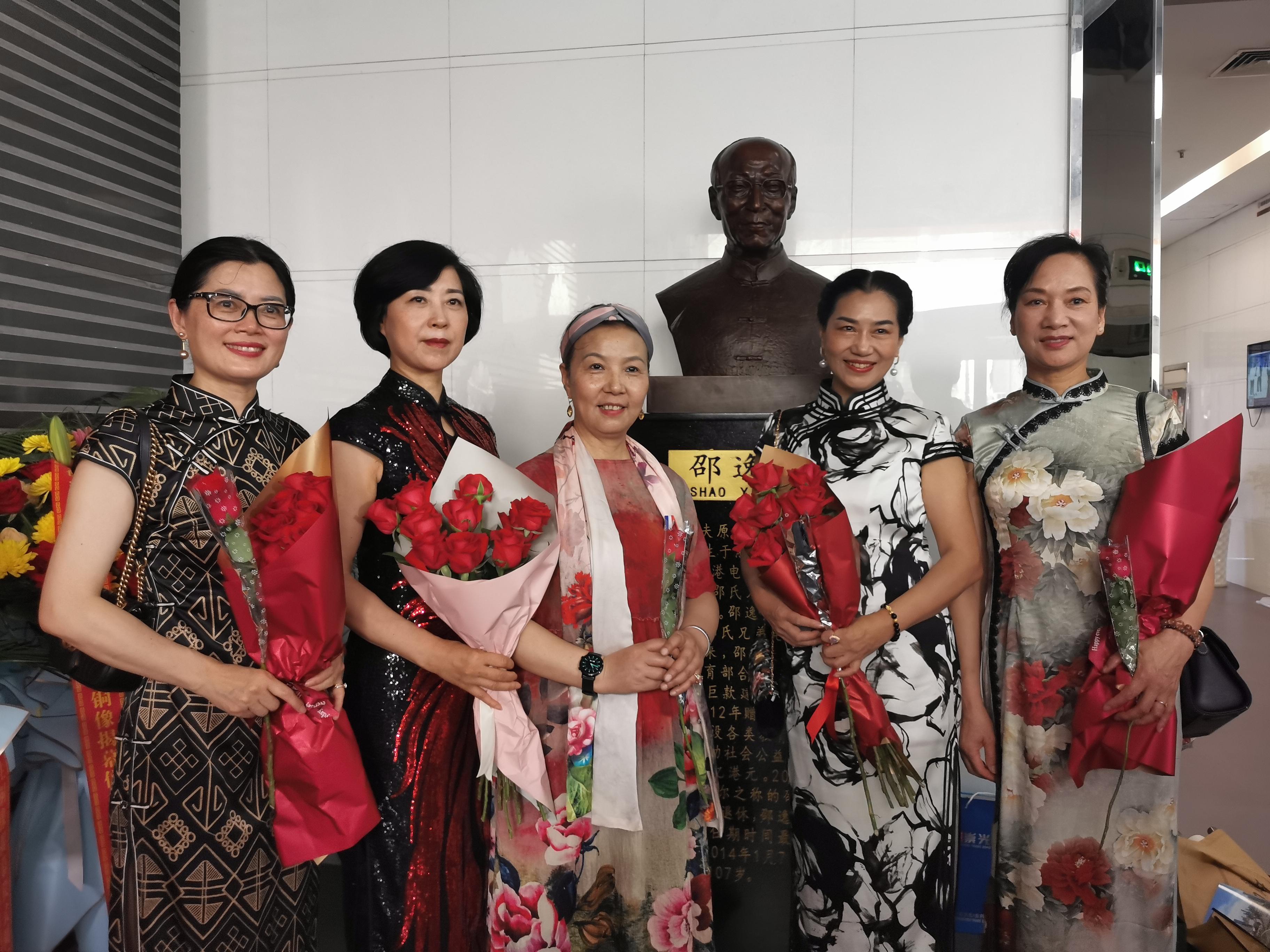 朵朵玫瑰组一束心花,纪念邵逸夫先生铜像揭幕仪式今在甬举行