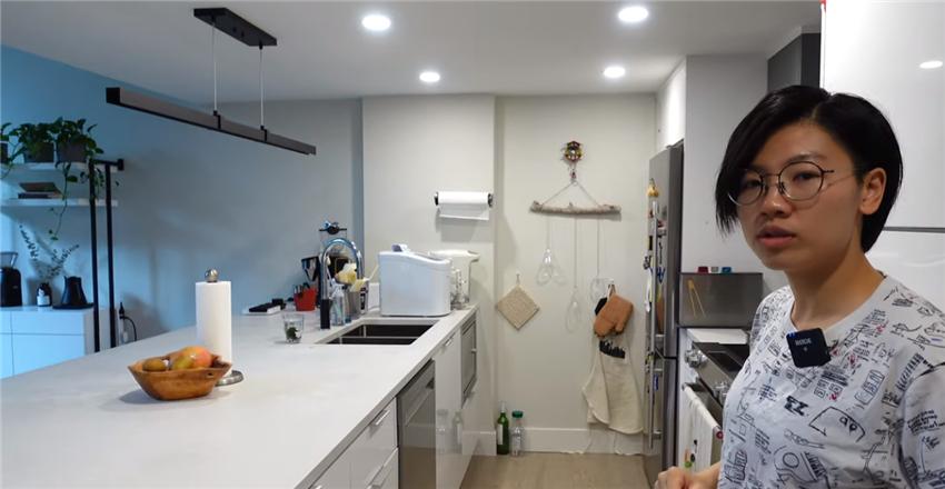 80后夫妻搬进96㎡复式房,厨房岛台能当床,到处养绿植像花园
