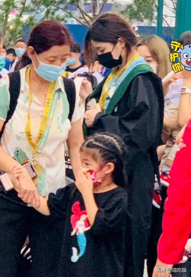章子怡抱儿子逛环球影城,16岁继女抢镜:穿800元魔法袍亮眼
