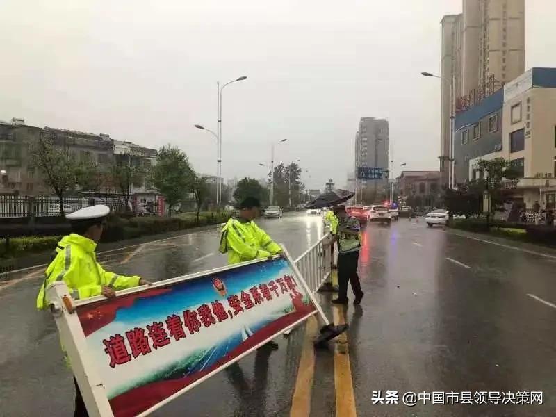 """「我为群众办实事」暴雨""""遇警""""!蕲春警方与你同行"""