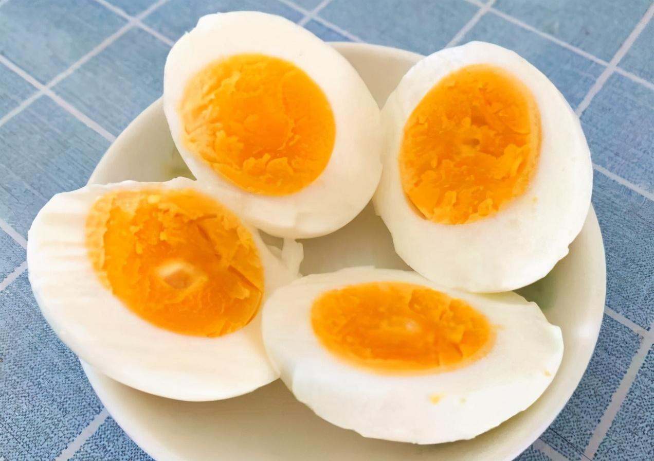 煮鸡蛋,不要只会用清水煮,牢记三个窍门,鸡蛋鲜嫩不老也好剥 美食做法 第1张