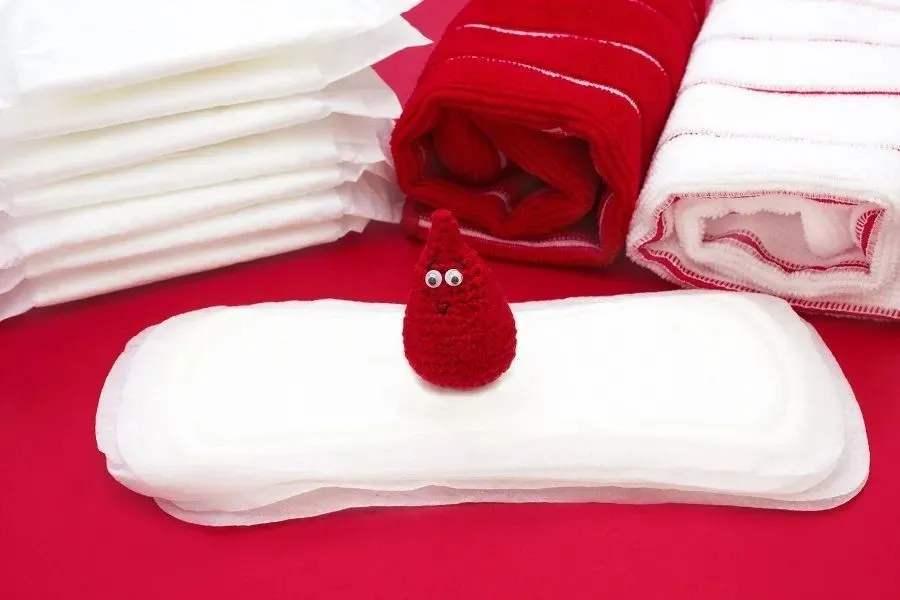 """一片优质卫生巾成本3毛钱,卖3块钱算""""暴利""""吗?"""