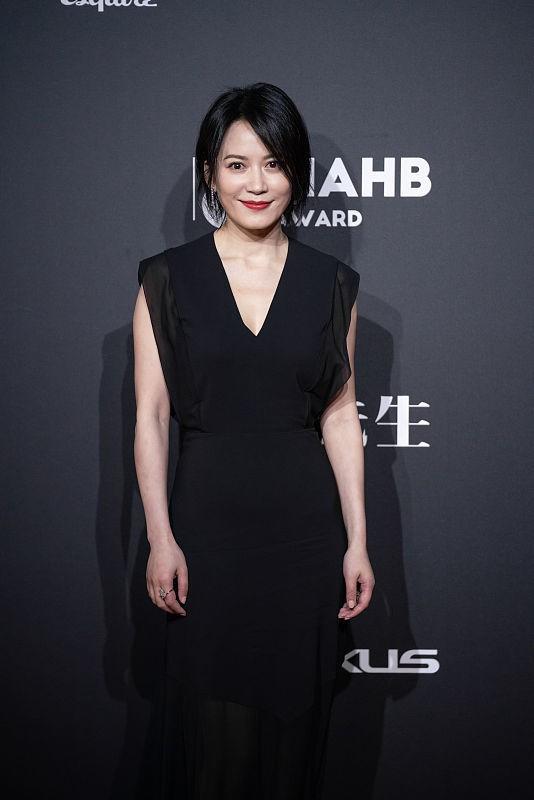 看不出俞飞鸿快50岁了,保养得还挺好的,穿长裙的气质真高级
