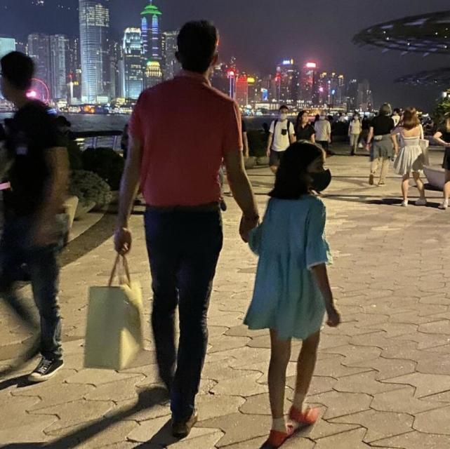 梁咏琪一家三口散步,6岁女儿身高快到妈妈肩膀,五官精致超漂亮