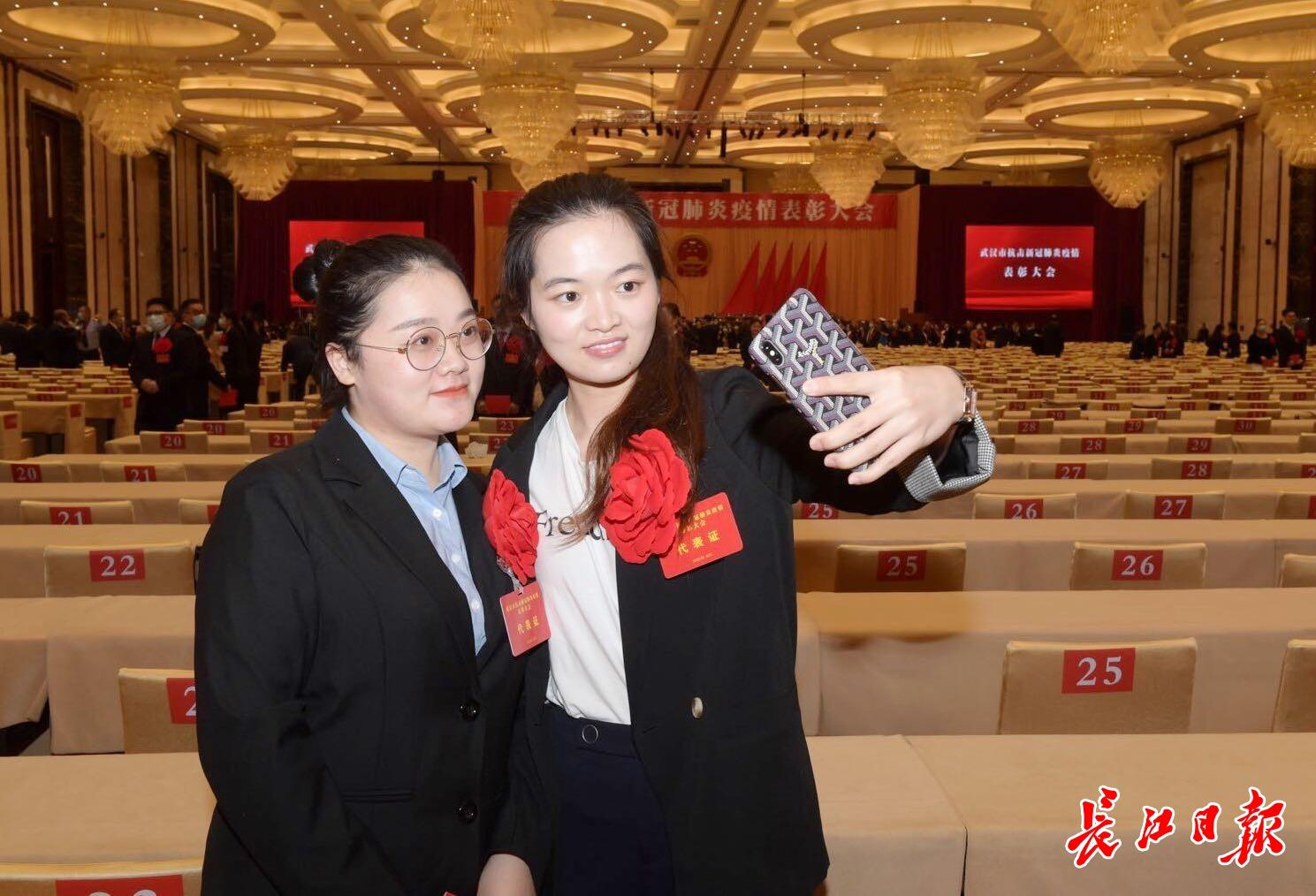 武汉市抗击新冠肺炎疫情表彰大会结束,代表们合影留念