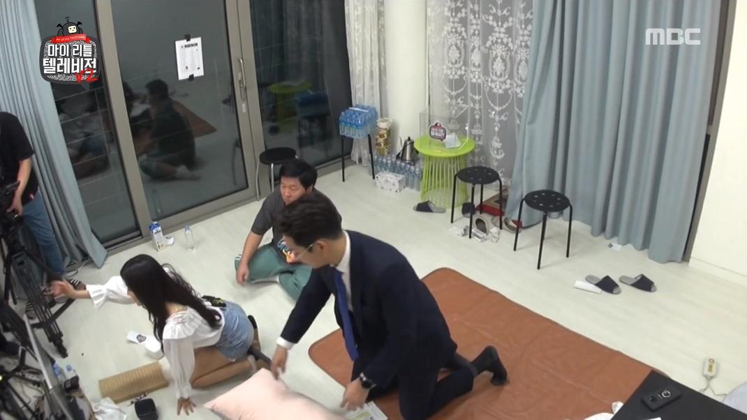 暖心大叔,发现韩女团成员穿短裙,郑亨敦默默照顾后辈