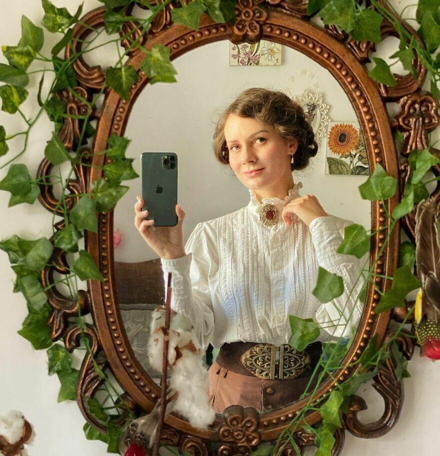 她穿着19世纪的服装走在街上,每天都不重样