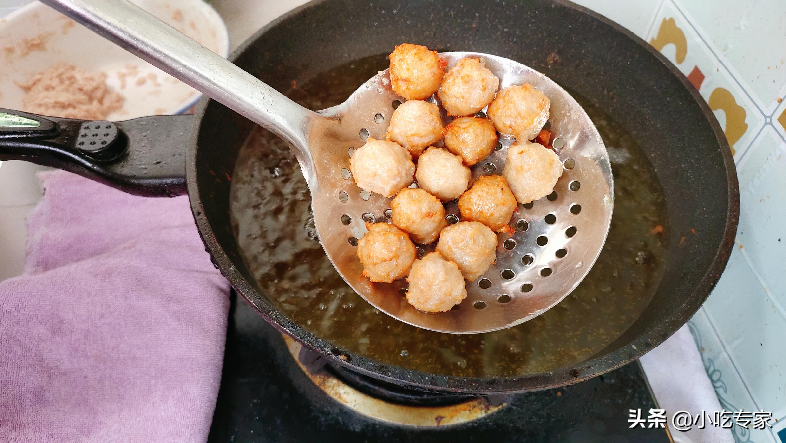 这才是油炸肉丸最好吃的做法,表皮酥脆不硬,里面鲜嫩滑爽