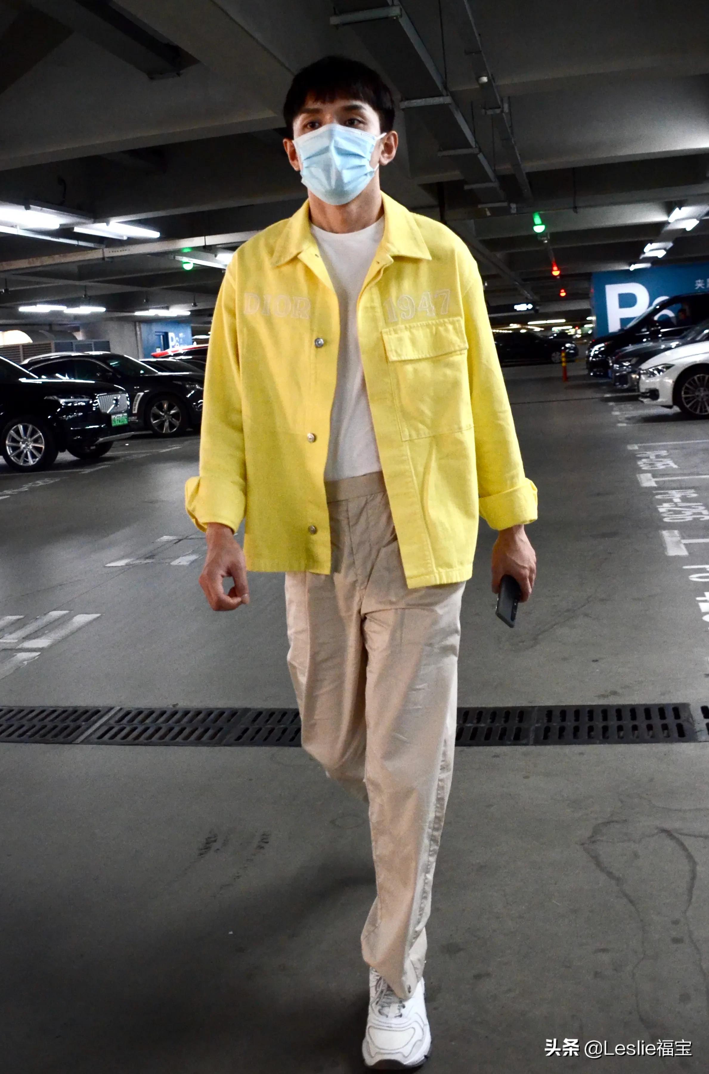 李佳琦休闲打扮抵达上海虹桥机场 齐刘海奶油小生气十足