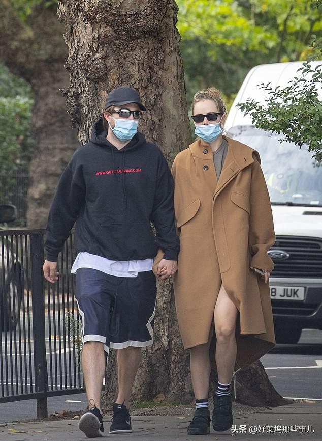 蝙蝠侠罗伯特·帕丁森感染新冠后首次亮相 与女友热吻力证已痊愈