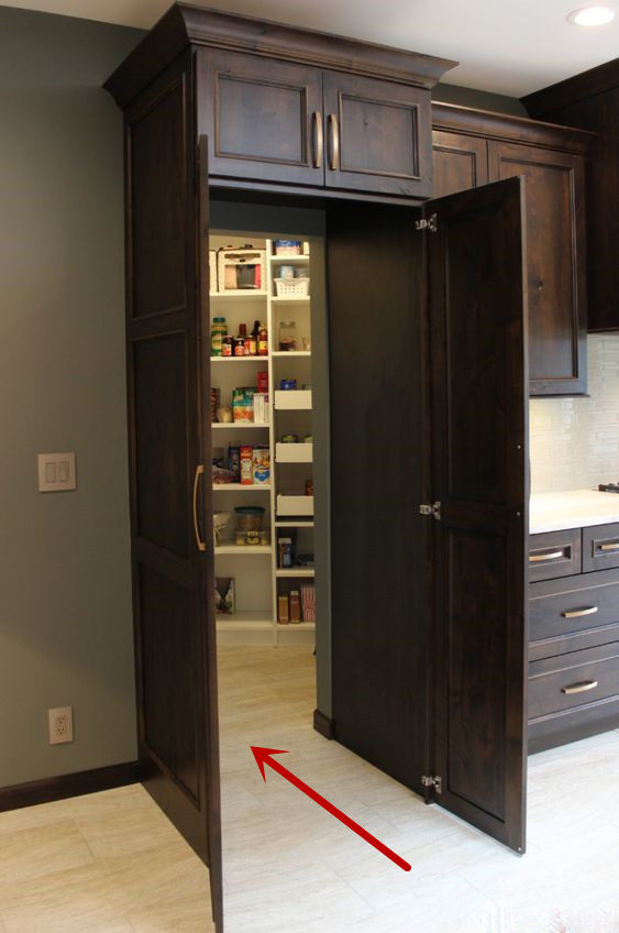 橱柜装在厨房中间,用柜子做隐藏门,推开门多个储物间太惊喜了