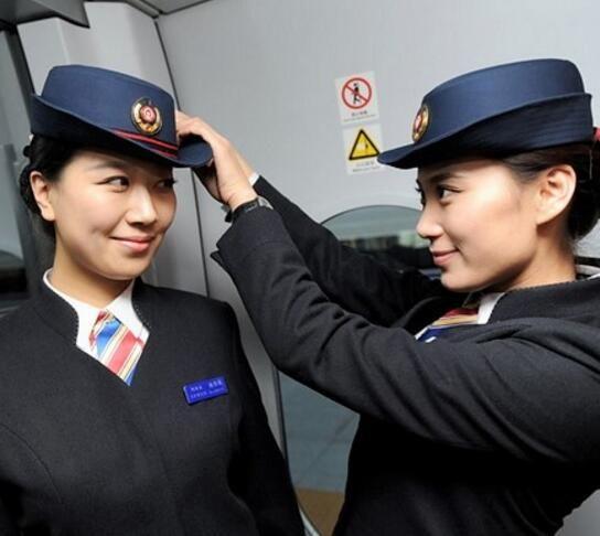 中国游客在朝鲜,朝鲜的女乘务员好美,网友:颜值够抵火车票了