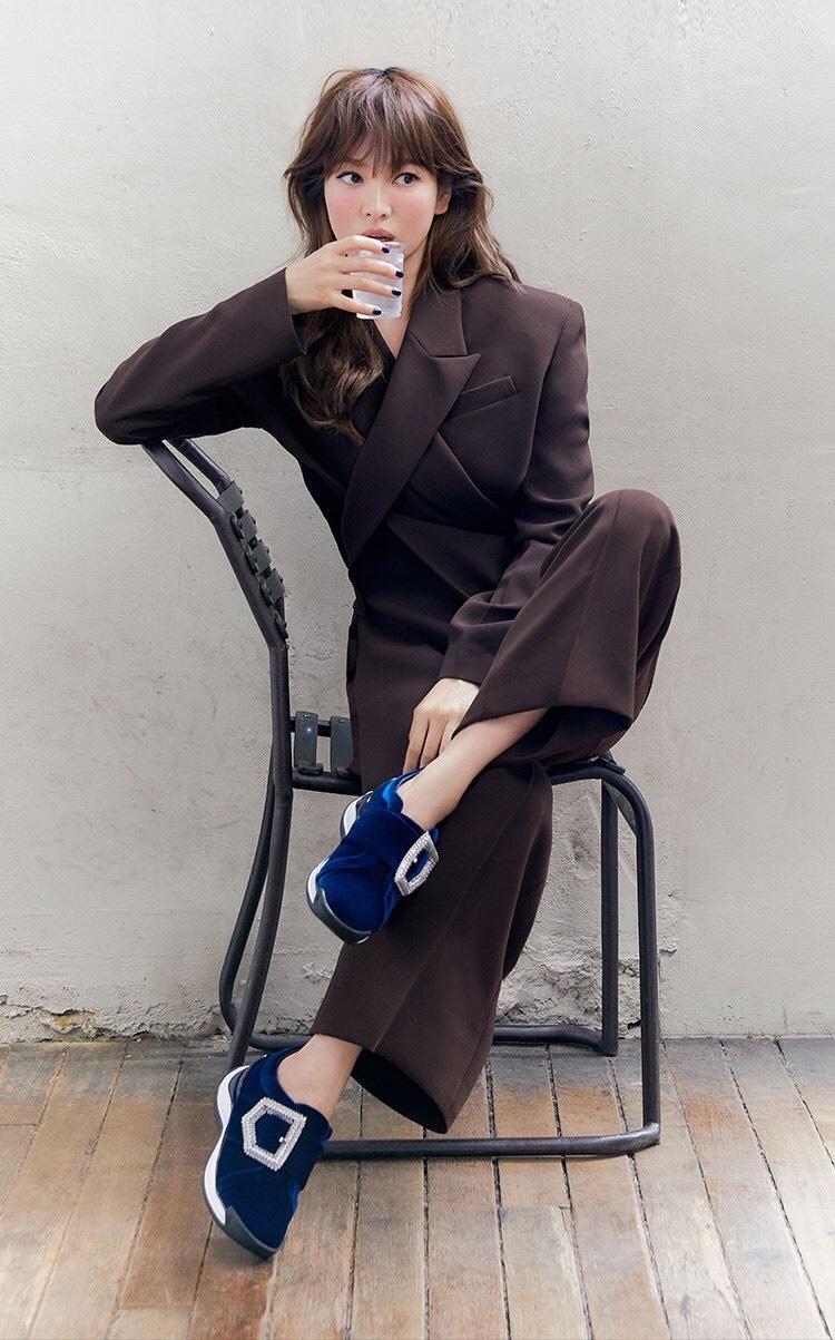 宋慧乔气质知性,穿深咖啡色西装好高级,解锁韩系chic风