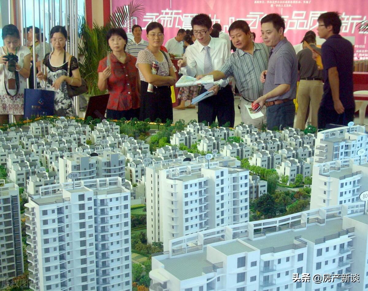 """从""""排队买房""""到""""排队卖房"""",房价开始走下坡路,经历了什么?"""