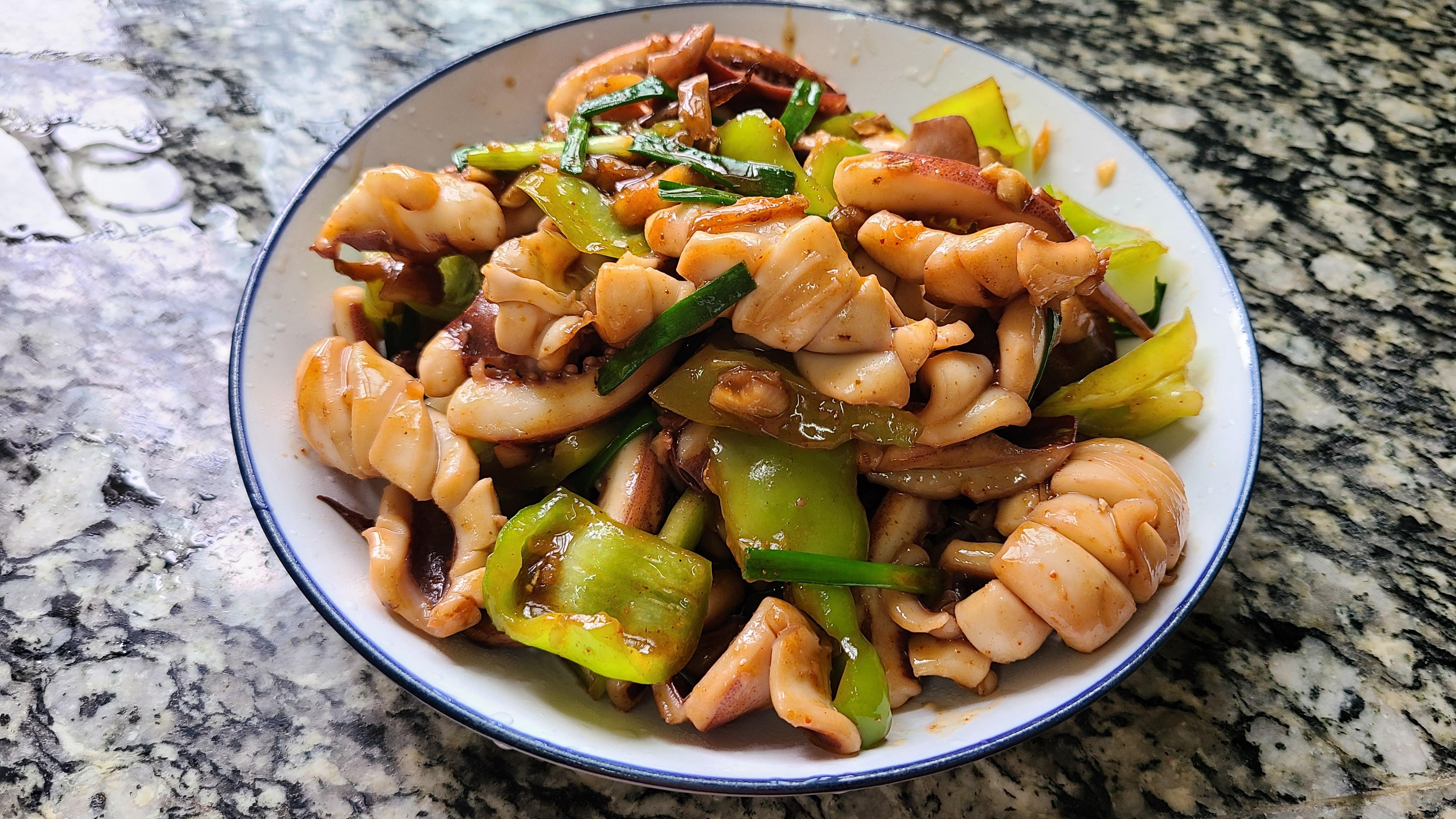 椒盐鱿鱼,是我家经常吃的一道美味家常菜,10分钟就能做好