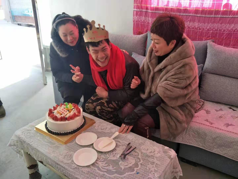 """一指敲出300多万字小说,徐州""""铁桶男孩""""迎来20岁生日"""