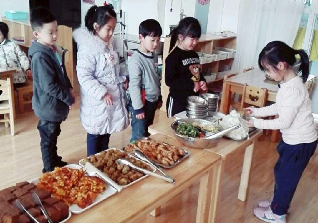孩子总说幼儿园的饭更香,回家不爱吃饭,看到实物妈妈难以接受