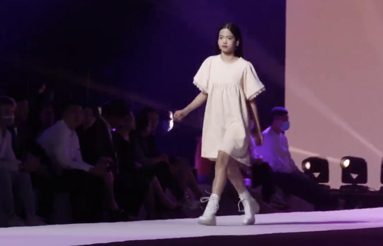 甜馨小考拉Jaden同台走秀超有範兒,李小璐鐘麗緹台下觀看陪女兒
