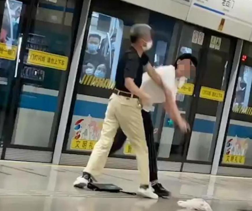 上海:一白发老汉地铁殴打年轻小伙,小伙被打连连败退,坏人变老了?