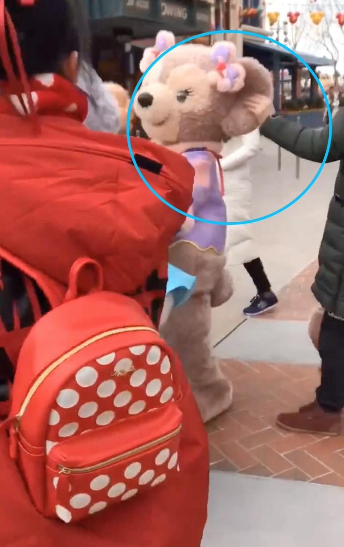 迪士尼再现人偶被游客拉扯 演职人员无大碍警方已介入