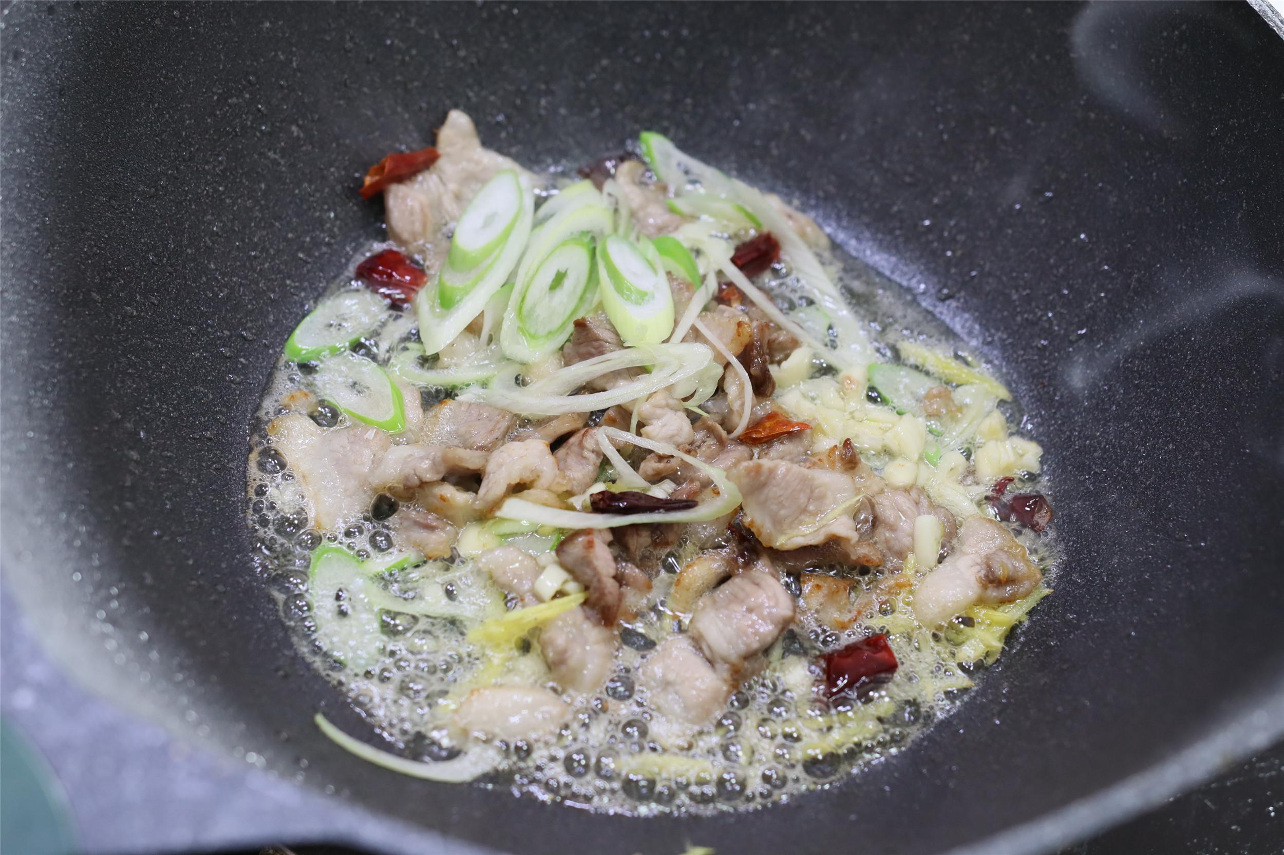 口蘑炒五花肉,想不到這麼一做,鮮味如此濃郁,吃過1次忘不掉