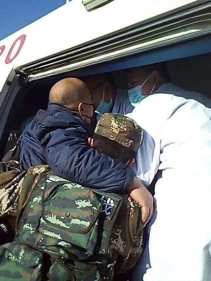 路遇车祸,武警官兵第一时间伸出援手施救