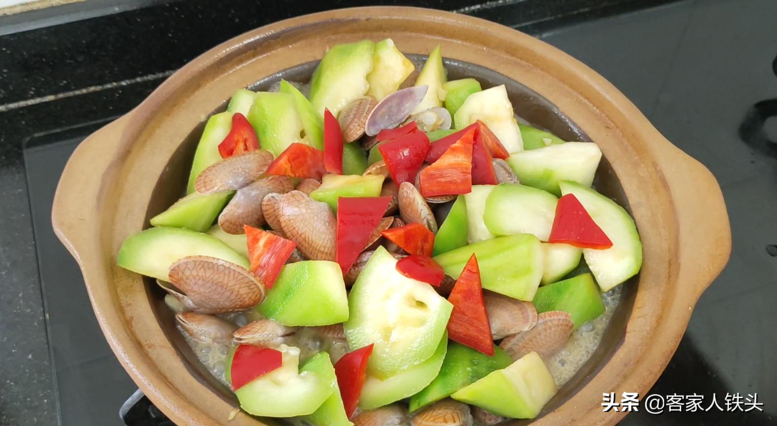 6月天热多给家人吃丝瓜,配上花甲做一锅,多汁味美,营养又下饭