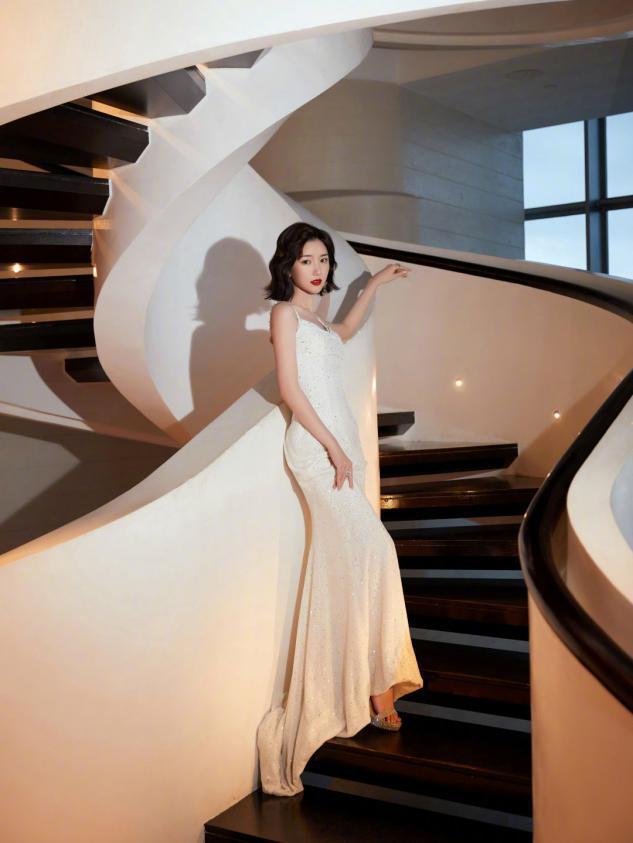 """毛晓彤终于""""成熟""""一次,白色吊带裙配微卷波浪发,港风范儿十足"""