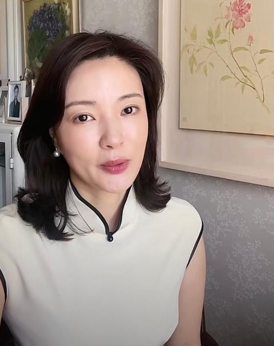 央视主持人刘芳菲独自过节,思念父母伤感哽咽,44岁单身也很幸福