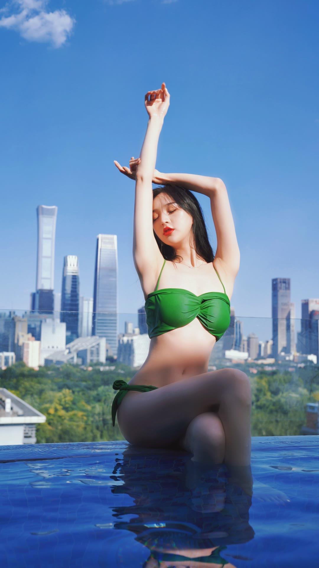 网红美女壁纸:泳池比基尼套图
