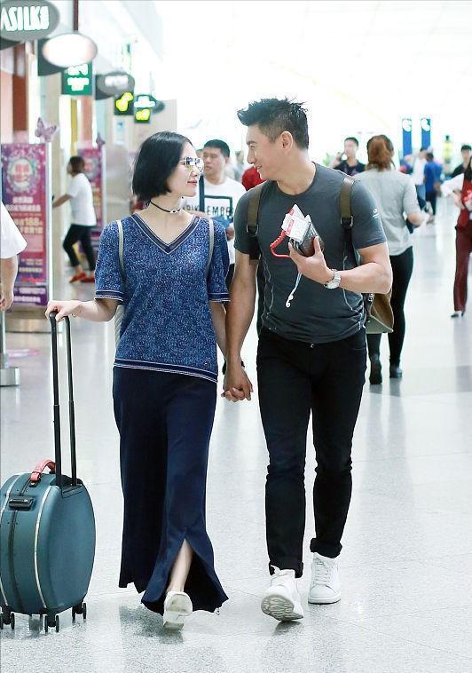 刘诗诗看老公的眼神好甜,和吴奇隆牵手说笑,两人简约穿搭好随性