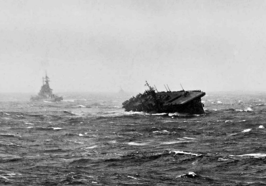 人类不能对抗自然?美国将军拿航母对抗台风,结果如何
