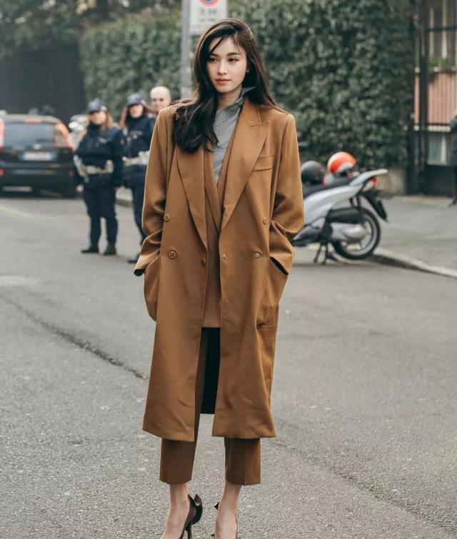 """大衣下面别搭休闲裤了!今年最流行""""大衣+奶奶裤"""",保暖又舒适"""