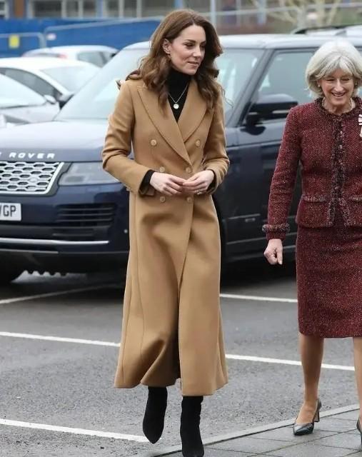威廉夫妇出席亲王葬礼!凯特黑裙搭珍珠太像贵妇,卡米拉不戴口罩