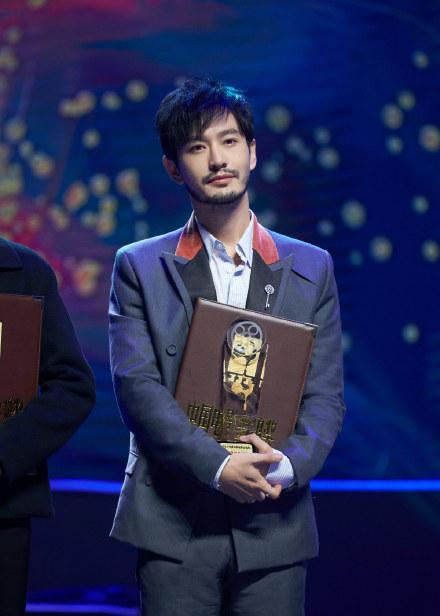 黄晓明出席金鸡奖,自称自己电量还挺足,小细节却爆出婚姻状况
