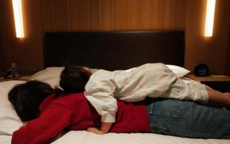"""宝宝睡觉总喜欢往上拱,或许暗藏三个""""大学问"""",宝妈别不当回事"""