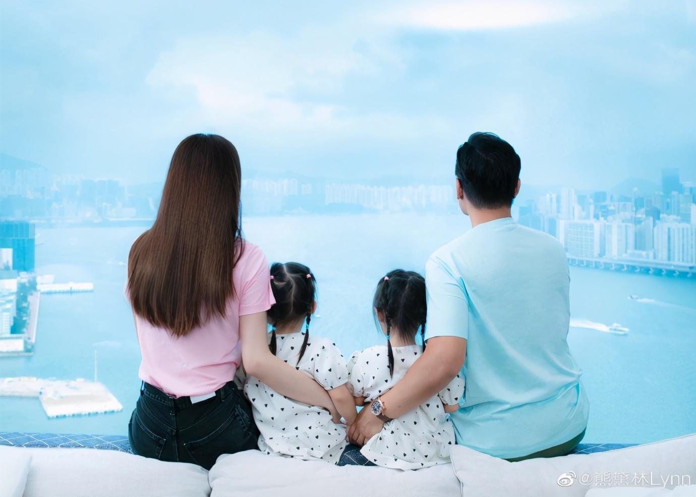 熊黛林郭可頌結婚四年,懷抱雙胞胎女兒畫面有愛,甜蜜互動表思念