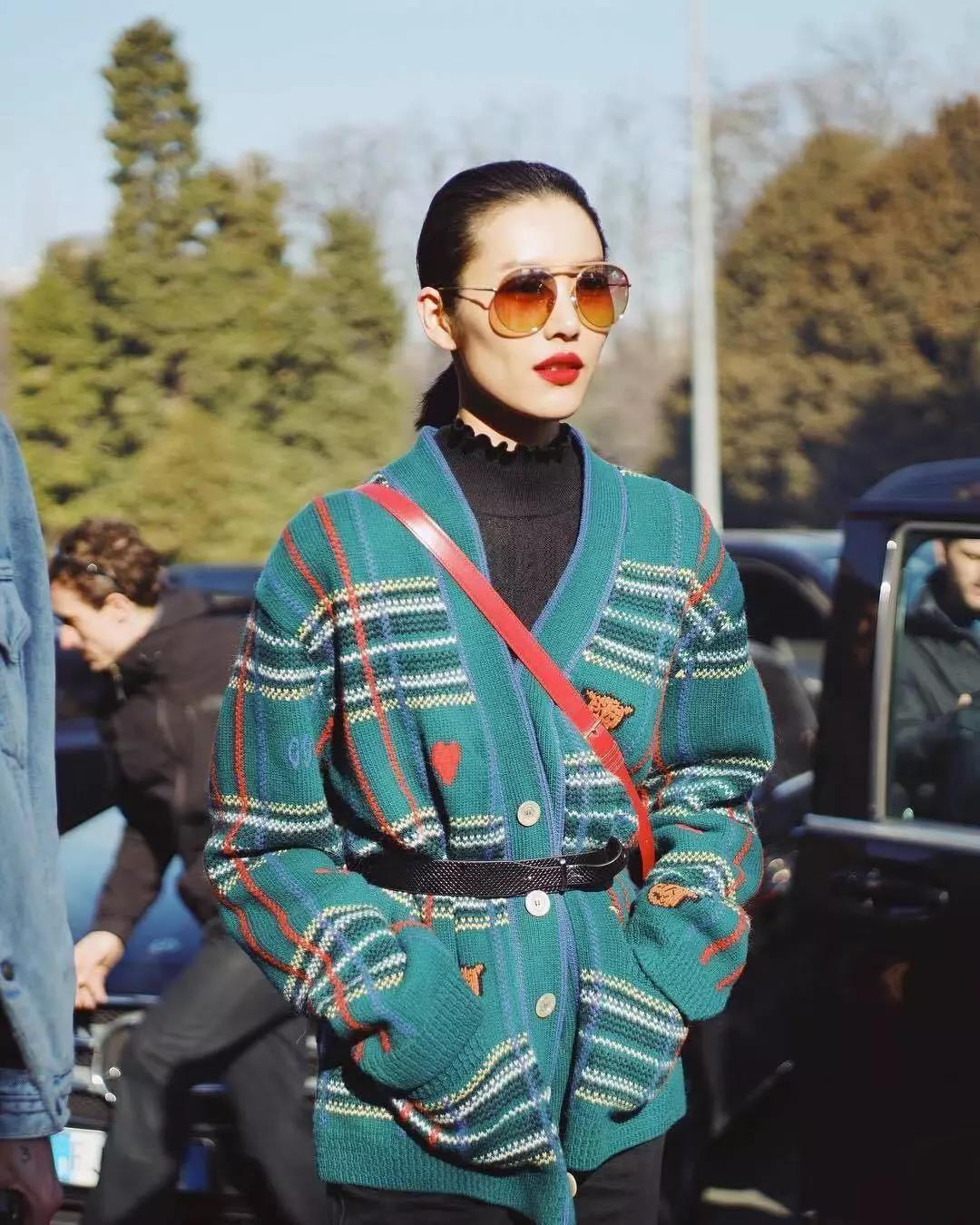 """今年春天流行""""奶奶衫"""",看到超模刘雯穿它,我一女的都心动了"""