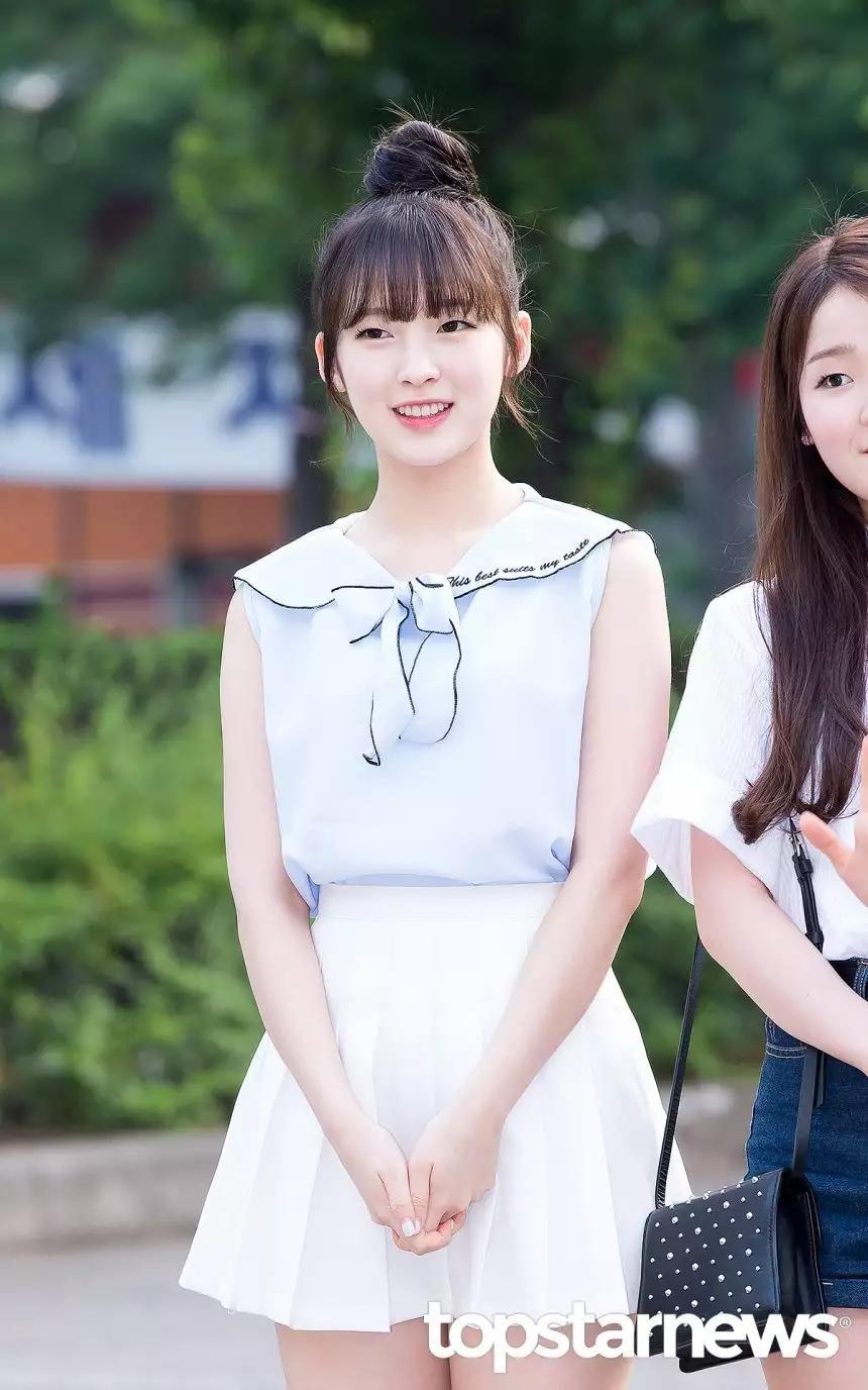 女团爱豆音乐节目中肢体接触惹议,粉丝不满:可以好好主持吗?
