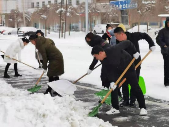 保障群众出行安全 志愿服务支队不畏严寒扫雪忙